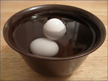 Mẹo phân biệt trứng gà mới, cũ