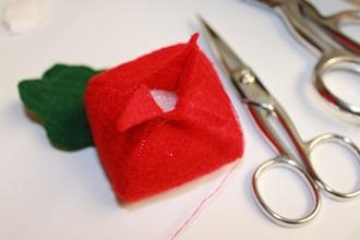 Cách làm đồ chơi bằng bông hình củ cải đỏ