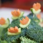 Cách tỉa hoa đơn giản từ dưa chuột và cà rốt