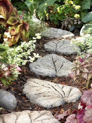 Cách trang trí vườn độc đáo với lối đi hình chiếc lá