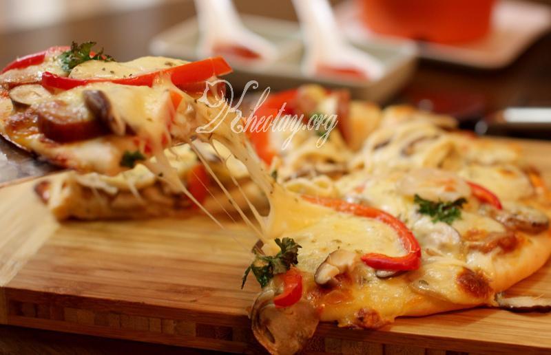 Thưởng thức miếng bánh Pizza giòn thơm và ngậy béo của phô mai và vị nấm cùng tương ớt và tương cà. Chậc chậc, chiều đói và lạnh mà được thưởng thức Pizza nóng giòn thì quả là tuyệt vời.