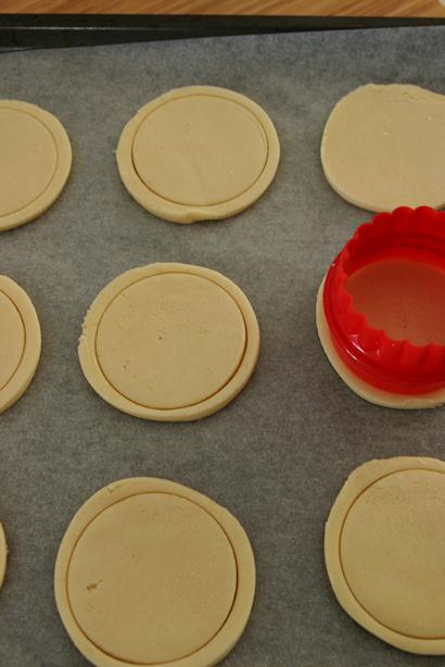 Sau đó aTự làm bánh cookies ngon tại nhàdùng cách đục lỗ như trên mình sẽ được bánh cookies cúc áo