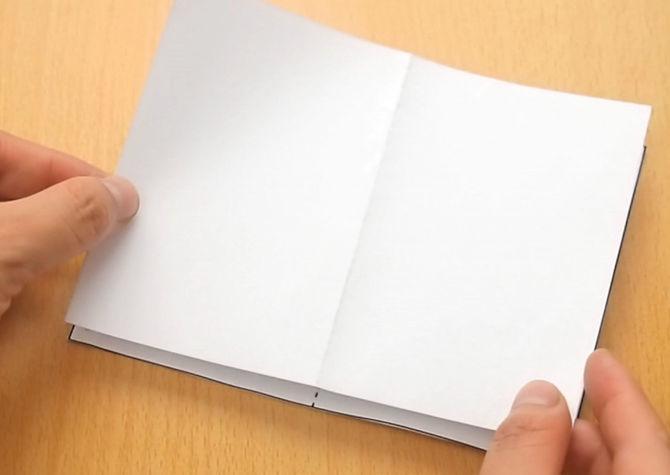 rồi dán tờ giấy mình vừa cắt lên.