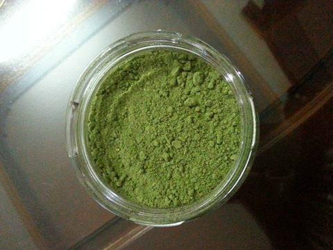 Đổ bột trà xanh thành phẩm vào hũ thủy tinh và bảo quản nơi khô ráo để dùng dần